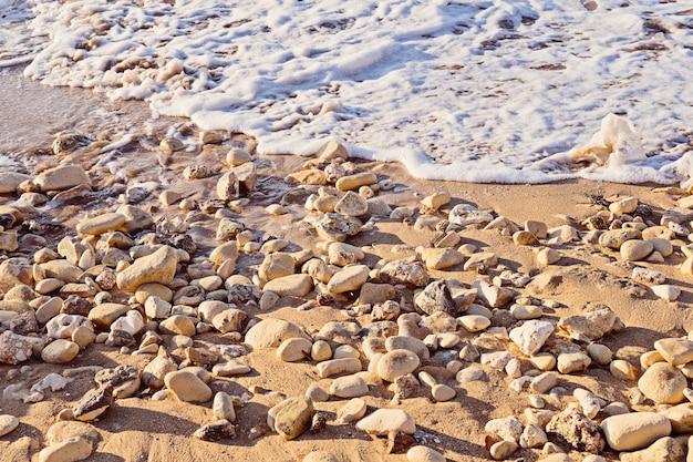 Bello primo piano della spiaggia di sabbia su fondo variopinto