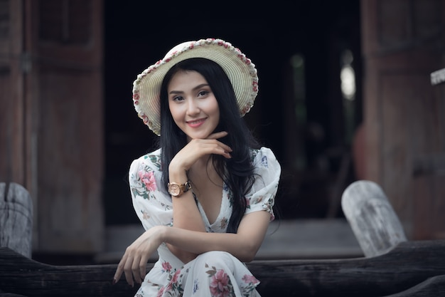 Bello profilo asiatico del ritratto della ragazza delle donne e sorridere nel retro stile d'annata dell'immagine del giardino