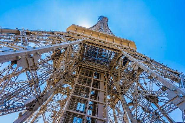 Bello punto di riferimento della torre eiffel dell'hotel parigino e della località di soggiorno nella città di macao