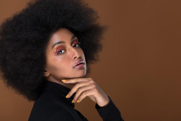 Bello ritratto africano del primo piano della donna