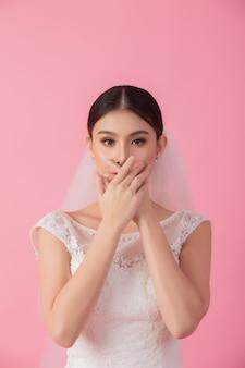 Bello ritratto asiatico della sposa nel rosa