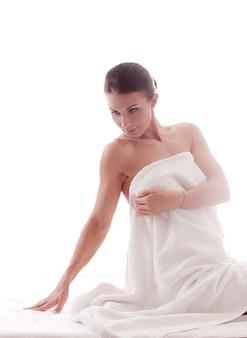 Bello ritratto della donna adulta dopo la doccia
