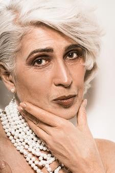 Bello ritratto della donna anziana con gioielli