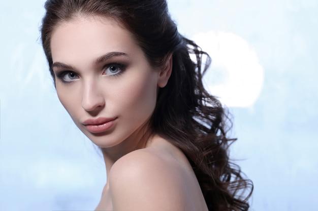 Bello ritratto della donna del brunette, concetto di cura di pelle