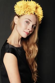 Bello ritratto della giovane donna su fondo nero