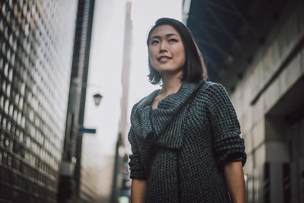 Bello ritratto giapponese della donna all'aperto