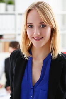 Bello ritratto sorridente della donna di affari