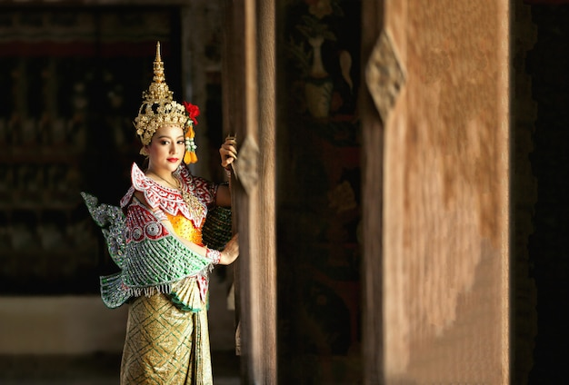 Bello ritratto tailandese della giovane donna in costume del vestito tradizionale da kinnaree