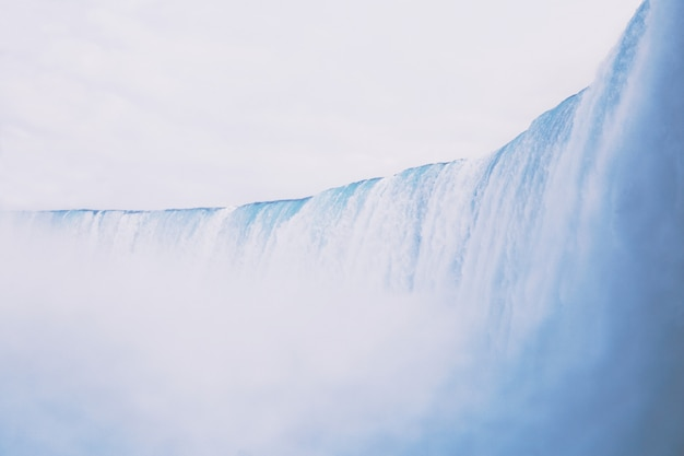 Bello scatto di una grande cascata con sorprendente cielo limpido sullo sfondo