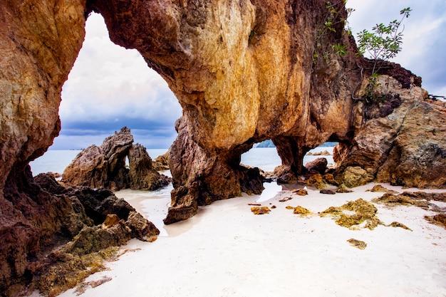 Bello scenico del sud del mare delle andamane del ranong dell'isola di payam di khao talu della tailandia