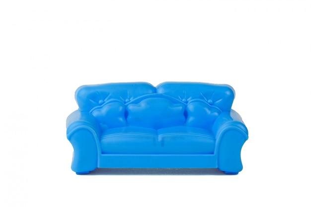 Bello sofà blu moderno del giocattolo isolato su bianco