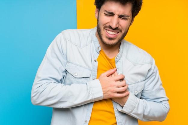 Bello sopra priorità bassa variopinta isolata che ha un dolore nel cuore