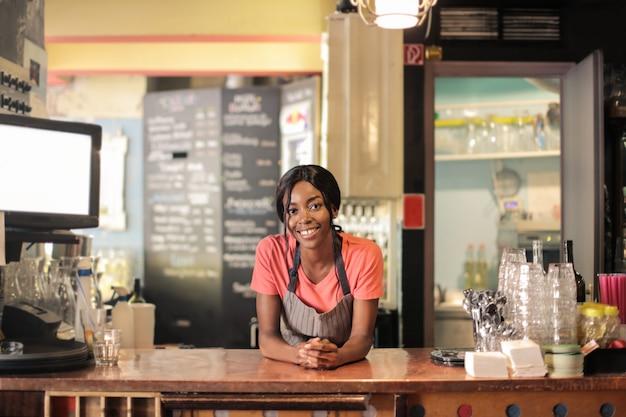 Bello sorridente barista afro