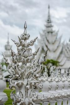 Bello tempio bianco decorato situato in chiang rai tailandia del nord. wat rong khun.