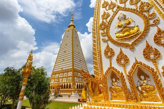 Bello tempio di wat phrathat nong bua della pagoda nel giorno del sole a ubon ratchathani, tailandia