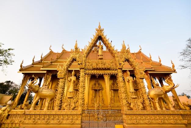 Bello tempio dorato tailandese nel tramonto. tailandia
