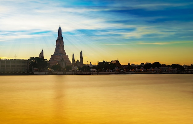 Bello tempio in tailandia al tramonto