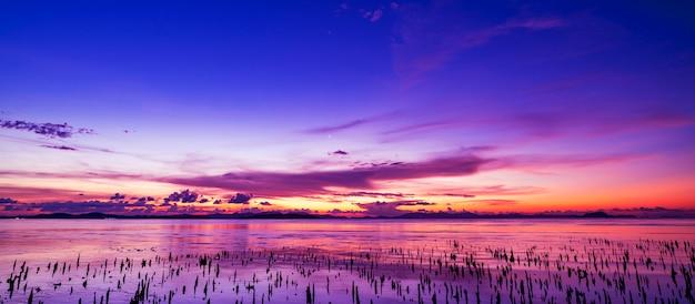 Bello tramonto o alba leggero sopra il fondo della natura di paesaggio del mare