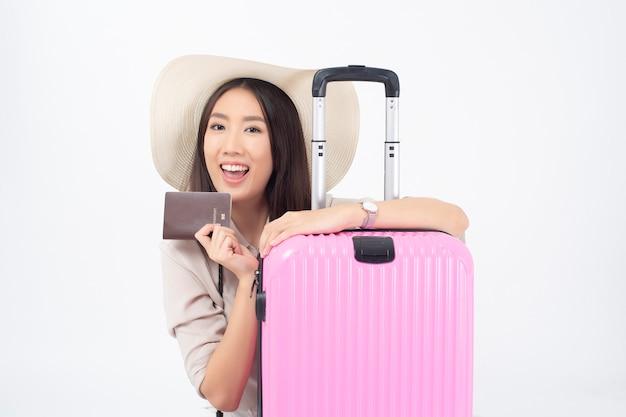 Bello turista asiatico della donna sulla parete bianca