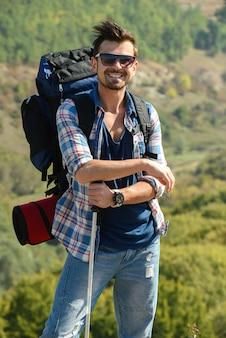 Bello uomo che fa un'escursione all'aperto conducendo uno stile di vita sano.