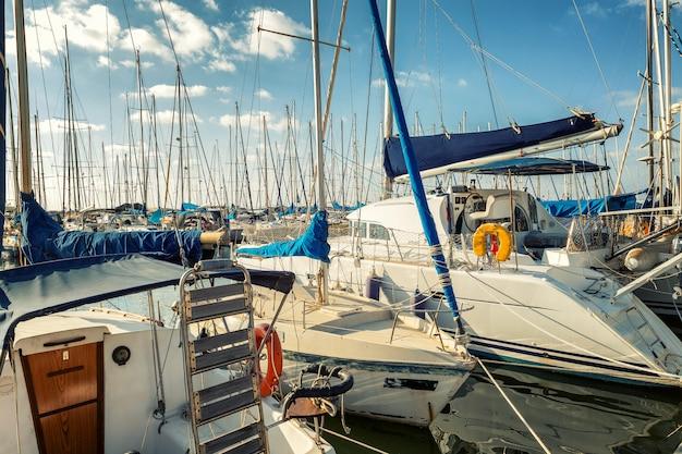 Bello yacht in porticciolo di estate, cielo blu