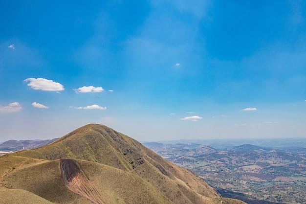 Belo horizonte, minas gerais, brasile. volo in parapendio dalla cima della montagna del mondo