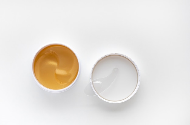 Benda sull'acqua idrogel in oro. idratante della pelle vista dall'alto con lo spazio della copia.