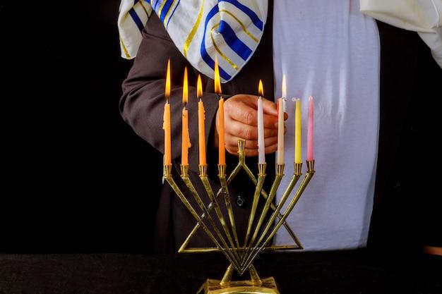 Benedizioni dell'uomo ebreo chanukah menorah tradizionale hanukkah