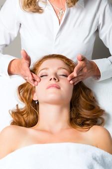 Benessere, donna che ottiene massaggio alla testa in spa