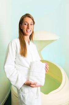 Benessere, giovane donna galleggianti in spa nel serbatoio