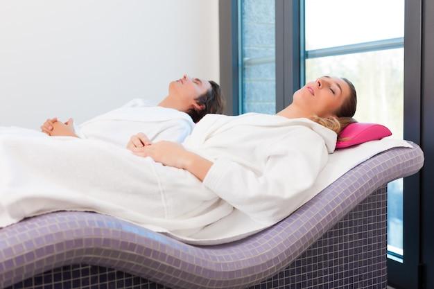 Benessere - uomo e donna che si rilassano dopo la sauna