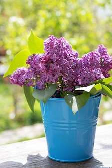 Benna con un ramo di fiori lilla