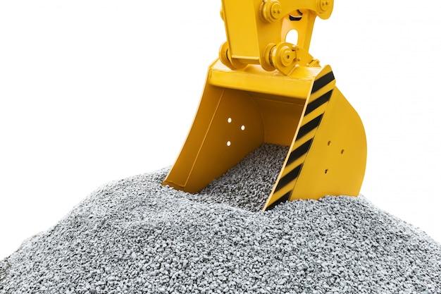 Benna del trattore o dell'escavatore che scava ghiaia