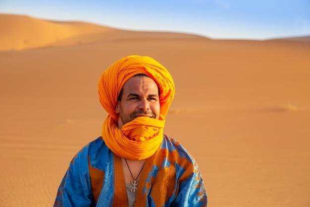 Berbero in abito tradizionale nel deserto del sahara.