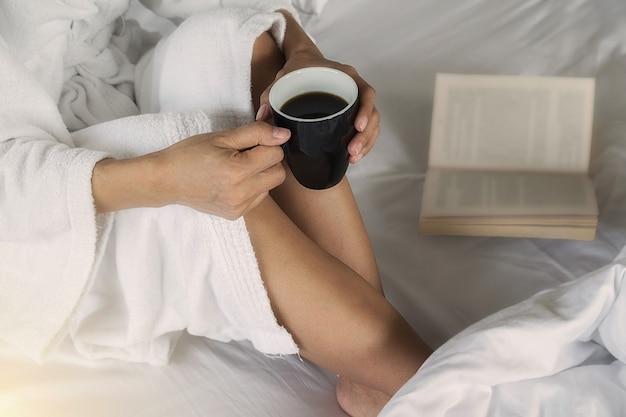 Bere caffè e leggere nel letto