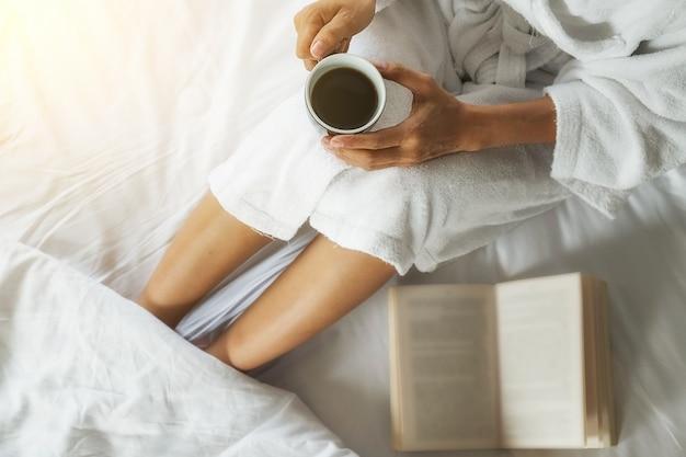 Bere caffè e lettura