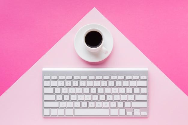 Bere caffè e tastiera piatta