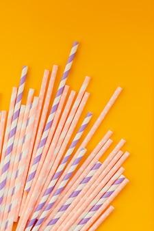 Bere cannucce colorate di carta riutilizzabili e ridurre l'uso di paglia di plastica. ridurre i rifiuti di plastica nell'ambiente. cannucce di carta ecologiche biodegradabili.