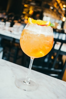 Bere cocktail di ghiaccio