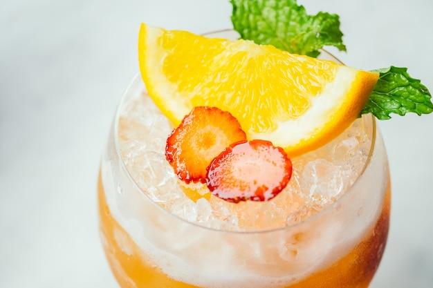 Bere cocktail di ghiaccio