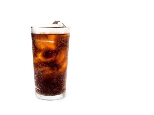 Bere cola con ghiaccio in vetro su sfondo bianco