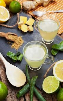 Bere con aloe vera e limoni