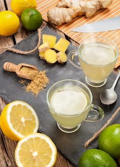 Bere con zenzero e limone.