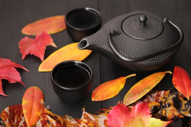 Bere il tè in autunno. umore del tè d'autunno.