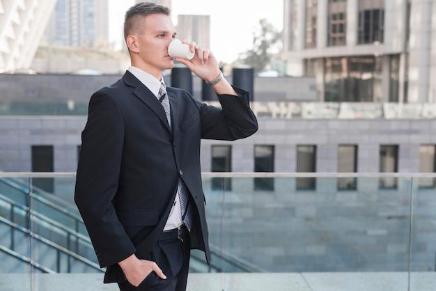 Bere moderno uomo d'affari