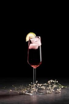 Bere nello spazio di copia bicchiere di champagne