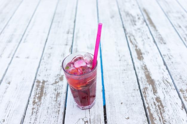Bere su sfondi estivi di legno bianco