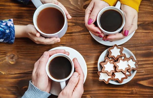 Bere una tazza per la colazione nelle mani della famiglia messa a fuoco selettiva