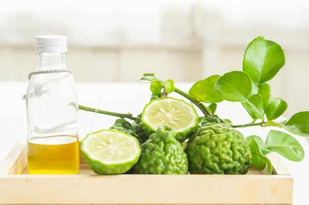 Bergamotto e foglie verdi alimento ed erbe in vassoio di legno