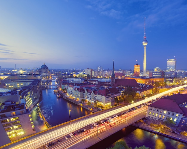 Berlino, vista degli uccelli su alexanderplatz e fiume di notte